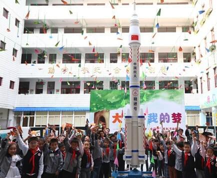 深圳龙岗小学的师生们用环保材料亲手制作的火箭模型